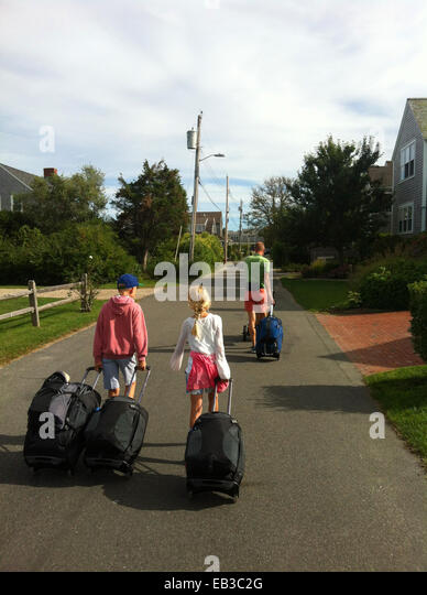 Man with two children (8-9, 10-11) going on holiday - Stock-Bilder