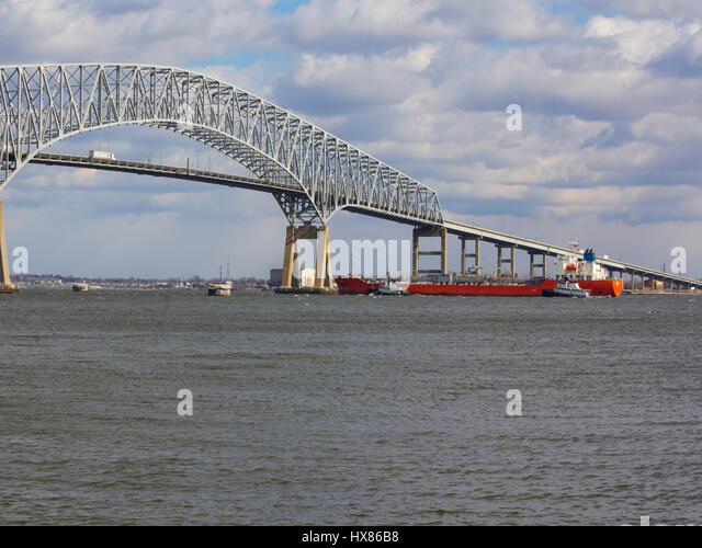 Tugs assisting tanker approaching Baltimore's Francis Scott Key Bridge (I-695) - Stock Image