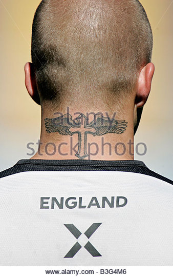 David Beckham displays his latest tattoo a cross on the back of his neck as he trains in Coimbra - Stock-Bilder