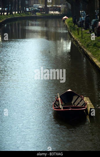 Europe, The Netherlands (aka Holland). Medieval cheese producing town of Edam. Edam canal with rowboat. - Stock Image
