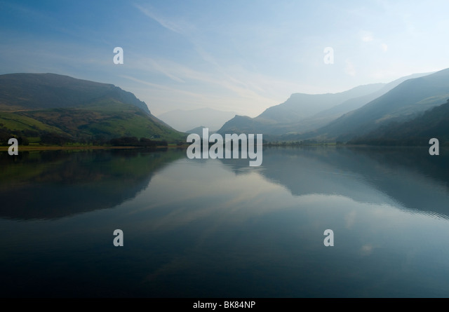 Llyn Nantlle Uchaf lake, Snowdonia, North Wales, UK . Snowdon just visible through the haze. - Stock Image