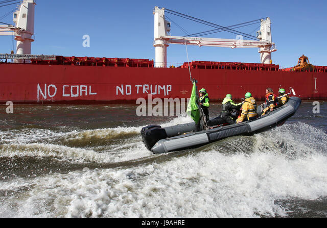 Hamburg, Germany. 01st June, 2017. Greenpeace activists followed the freighter 'SBI Subaru' on inflatable - Stock Image