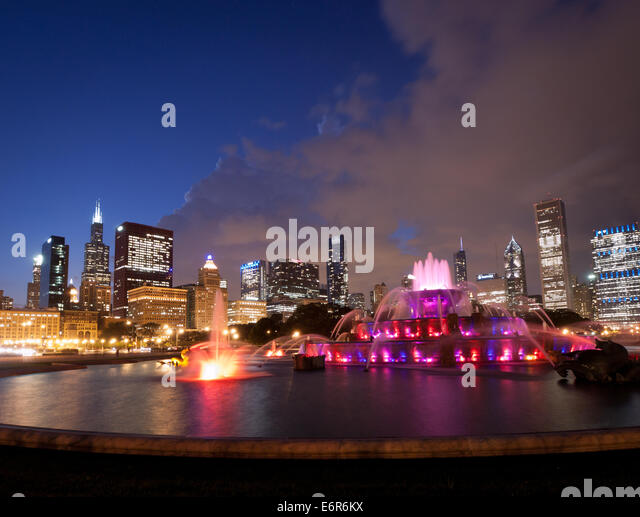 A night view of Buckingham Fountain and the Chicago skyline.  Grant Park, Chicago, Illinois. - Stock Image