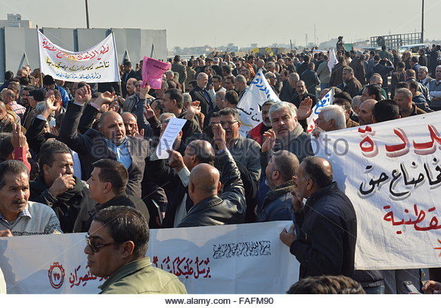 Baghdad, Iraq. December 29th, 2015. IRAQ, Baghdad: A large group of demonstrators gathered in Baghdad holding signs - Stock Image