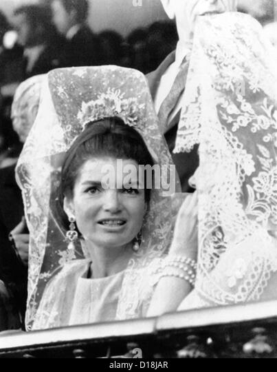Jacqueline Kennedy wears a traditional lace mantilla to the bullfights in Seville, Spain. April 21, 1966 (CSU_ALPHA - Stock-Bilder