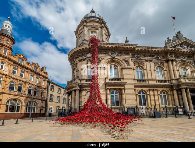 POPPIES: WEEPING WINDOW BY PAUL CUMMINS ARTIST AND TOM PIPER DESIGNER at Hull Maritime Museum, UK. - Stock Image