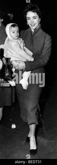 Actress Elizabeth Taylor walking with her baby - Stock-Bilder