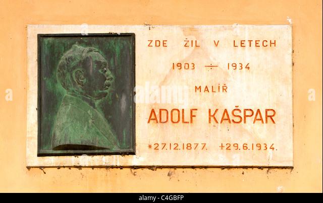 Commemorative plaque of Czech artist Adolf Kašpar noting where he lived in Prague 1901-1914 - Stock Image