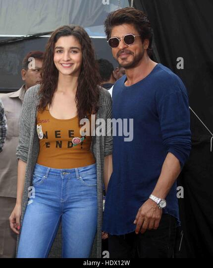 Bollywood actors Shah Rukh Khan and Alia Bhatt during the media interaction of film Dear Zindagi at Mehboob Studio - Stock-Bilder