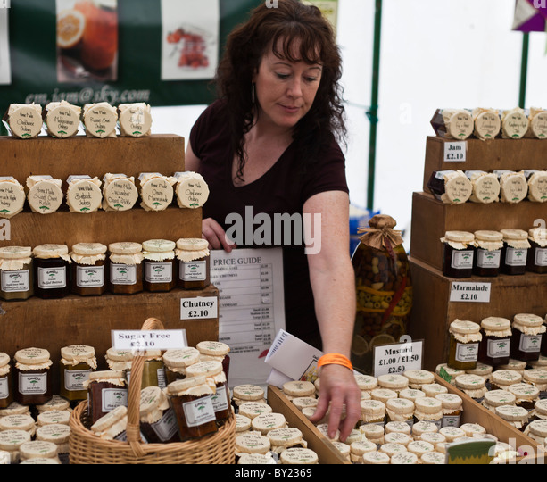 England, Shropshire, Ludlow.  A lady at the Ludlow Food Festival selling jams and chutneys. - Stock Image