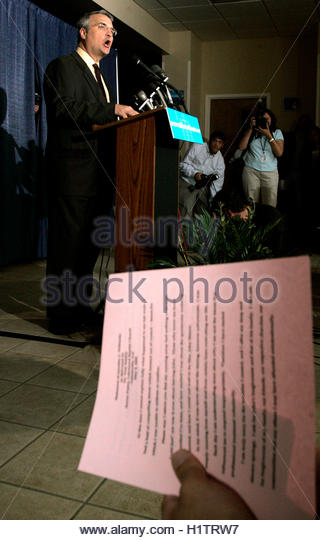 Family pastor Dr. Tom Smiley delivers a statement for runaway bride Jennifer Wilbanks at the family church in Gainesville, - Stock Image