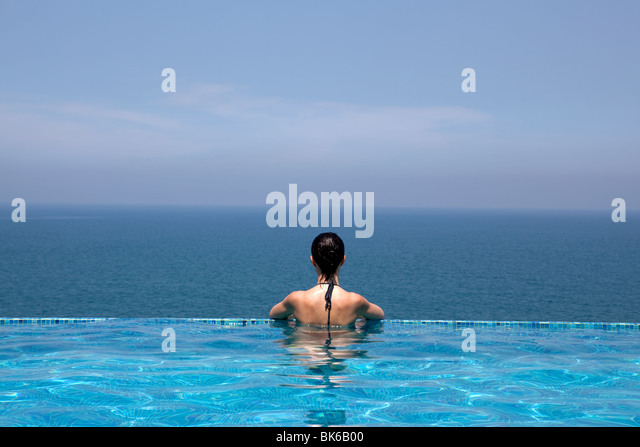 splendid swimming pool in a hotel resort in Kerala state indi - Stock-Bilder
