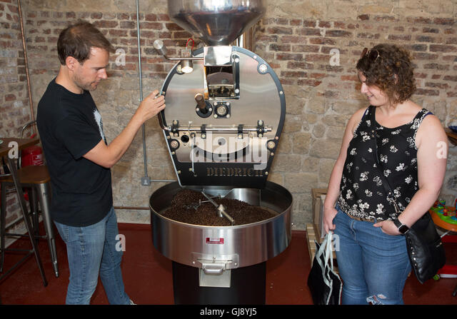 Malton, North Yorkshire, UK. 13th Aug, 2016. A guest watches as David Elkington demostrates how to roast coffee - Stock Image