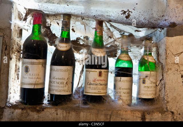 South Africa, Western Cape, Stellenbosch, Muratie Wine Estate. Bottles in tasting room. - Stock Image