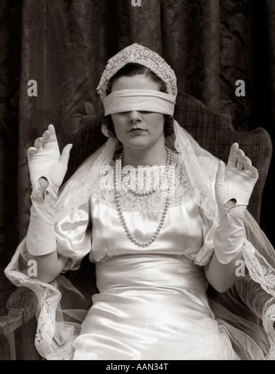 1930s BRIDE WEARING BLINDFOLD - Stock Image