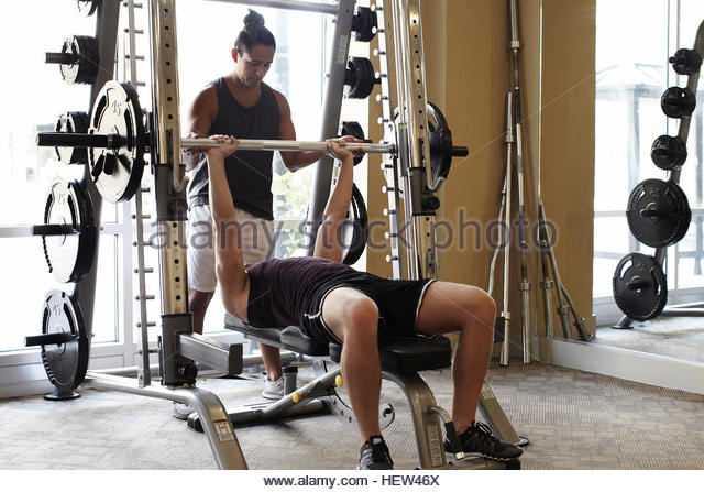 Friends in gym weightlifting - Stock Image