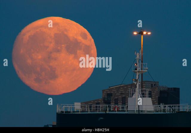 Southampton, UK. 13th Nov, 2016. The November Supermoon rises above Southampton Docks. © Esme Vangelis/Alamy - Stock Image
