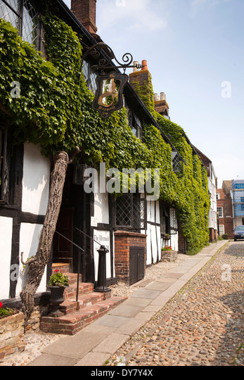 East Sussex, Rye, Mermaid Street, ivy clad front of historic timber framed Mermaid Inn - Stock Image