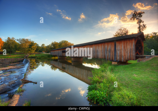Old covered bridge in Watson Mill State Park, Georgia, USA. - Stock-Bilder