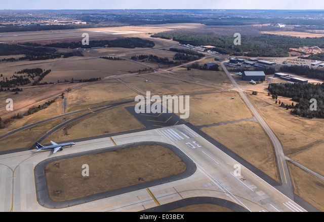 DULLES AIRPORT, VIRGINIA, USA - Aerial of United Airlines commercial jet taxiing on runway, Loudoun County. - Stock Image