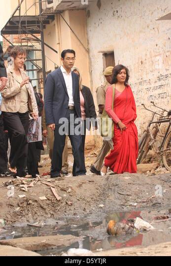 Bundeswirtschaftsminister Philipp Rösler (FDP) besucht am 03.11.2012 den Slum Rangpuri Paharati in Neu Delhi, - Stock-Bilder