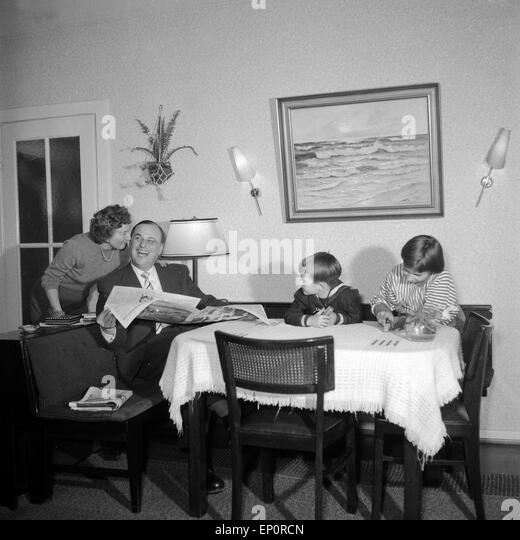 1950s family in living room stock photos 1950s family in for Wohnzimmer 1950