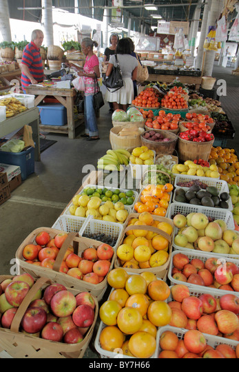 Nashville Tennessee Nashville Farmers' Market shopping agriculture locally grown fruit produce fresh apple basket - Stock Image