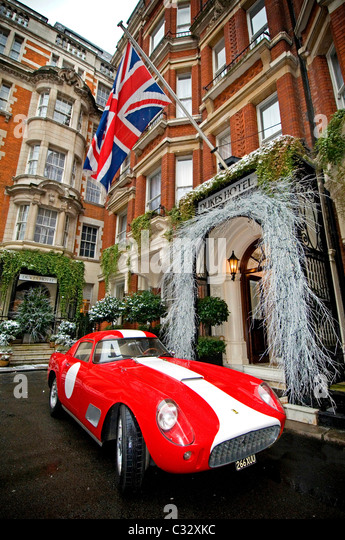 A 1958 Ferrari 250 GT LWB outside Dukes Hotel in London - Stock Image
