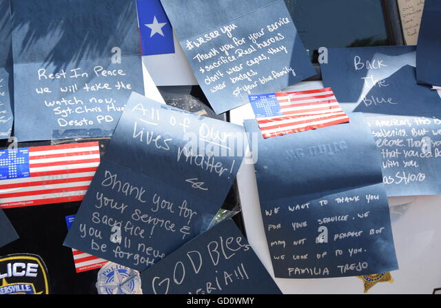 Dallas, Texas, USA. 10th July, 2016. Dallas area residents flocked to Dallas Police headquarters on Sunday to offer - Stock-Bilder