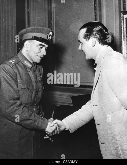 MUHAMMAD NAGUIB (1901-1984) As Egyptian Prime Minister with an Italian journalist  in 1954 - Stock Image