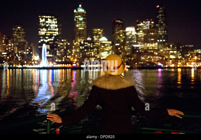 Woman and Seattle skyline at night, Washington, USA - Stock Image
