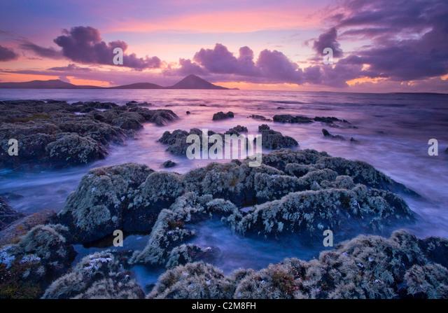 Lichen-covered shoreline at sunset, Ballycroy, County Mayo, Ireland. - Stock-Bilder