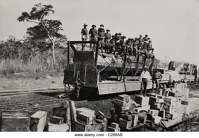 Men load a train with rubber tires with packages from their boat. - Stock-Bilder