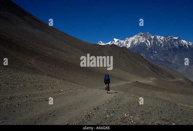 PICTURE CREDIT DOUG BLANE Doug Blane mountain biking around the Annapurna Circuit in the Himalayan Kingdom of Nepal - Stock Image