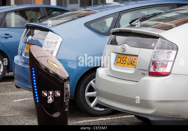 Prius hybrid cars and an electric car recharging station - Stock Image