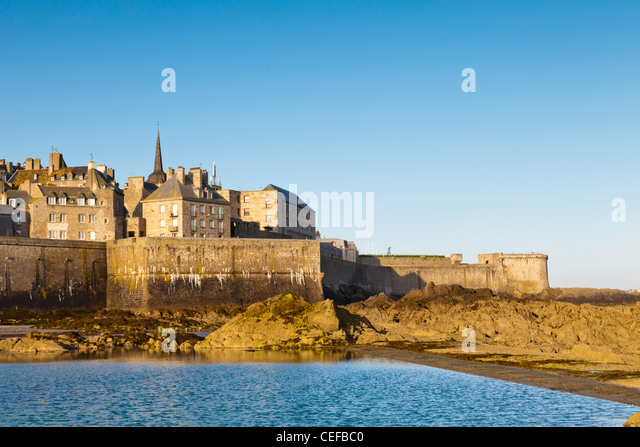 Rocky beach at St-Malo, Brittany, France, in front of the old town and ramparts. - Stock Image
