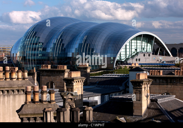 Daytime view of The Sage Gateshead, with rooftops and chimneys in the foreground, Gateshead, Tyne and Wear - Stock-Bilder