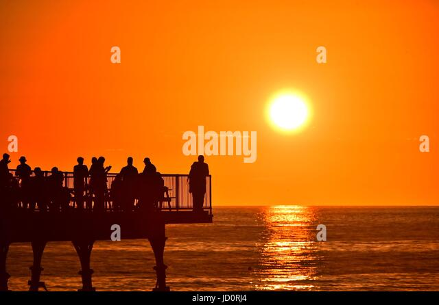 Aberystwyth Wales UK, Saturday 17 June 2017  UK Weather: People enjoying the warm evening as the sun begins to set - Stock-Bilder