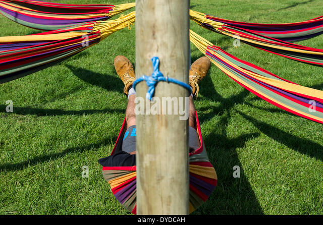 A man sleeping in a hammock at the Brownstock Festival in Essex. - Stock-Bilder
