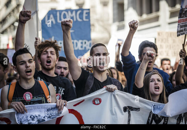 Barcelona, Catalonia, Spain. 14th Apr, 2016. Demonstrators behind their banner shout slogans during a march through - Stock Image