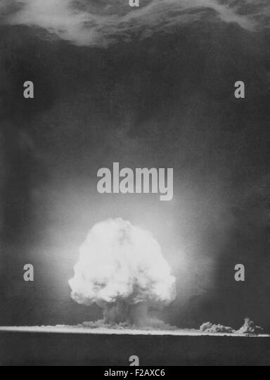 'Trinity' explosion at Los Alamos, Alamogordo, New Mexico. July 16, 1945. Photograph taken 9 seconds after - Stock-Bilder