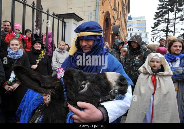 Minsk, Belarus. 29th Mar, 2015. Roman Catholics celebrate Palm Sunday outside the Cathedral of Saint Virgin Mary - Stock-Bilder
