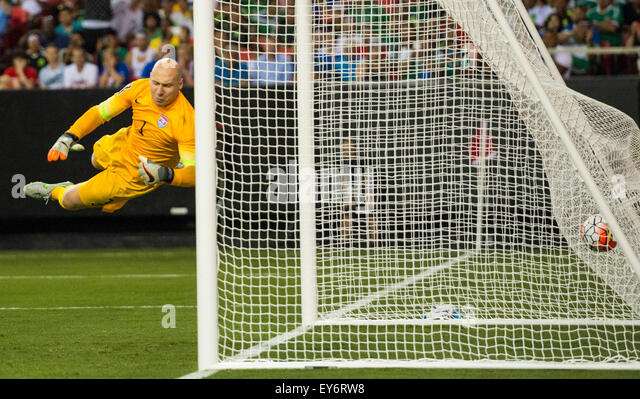 Atlanta, GA, USA. 22nd July, 2015. Jamaica's second goal is scored off a free kick on #1 USA G Brad Guzan during - Stock-Bilder