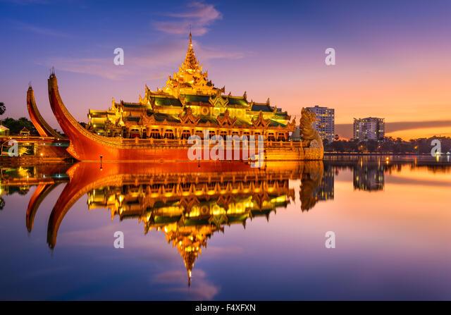 Yangon, Myanmar at Karaweik Palace in Kandawgyi Royal Lake. - Stock-Bilder