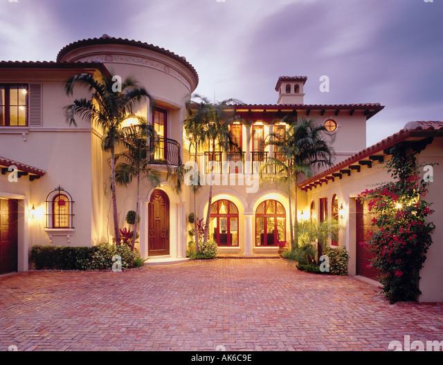 Mediterranean single family home with brick courtyard in Boca Raton, Florida. Features bougainvillea plants and - Stock-Bilder