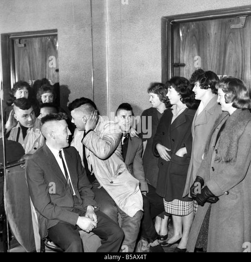 Fashion: Men's Hair Styles: The Delaware or Mohican hair cut. 1958 A766 - Stock-Bilder