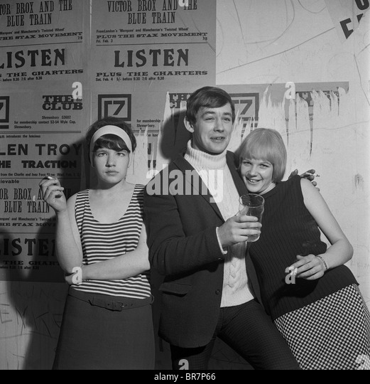 Young people drinking and smoking at The 7 Club in Shrewsbury in 1967 - Stock-Bilder