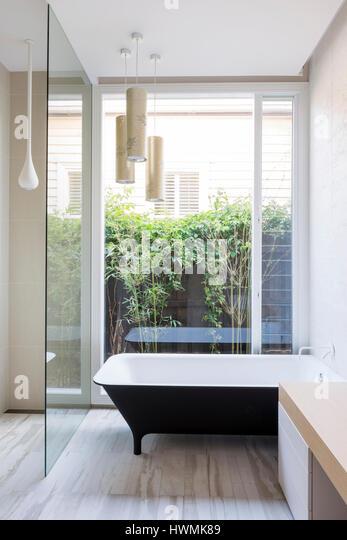 Main bathroom with natural daylight. Hawthorne House, Melbourne, Australia. Architect: Annie Lai Architects, 2013. - Stock-Bilder