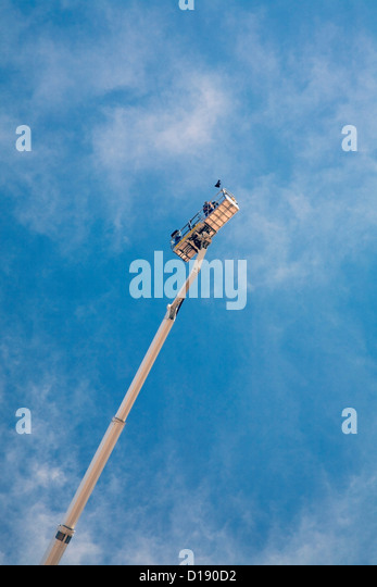 Builders on access platform, low angle - Stock-Bilder