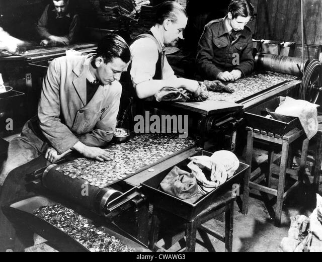 Workers inspect finished coins at the Royal Mint during a monetary shortage. 1948. Courtesy: CSU Archives/Everett - Stock-Bilder